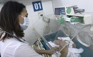 Chính trị - Xã hội - Bé sinh non 1,4kg bị bỏ rơi nắm chặt tay bác sĩ tìm hơi ấm mẹ