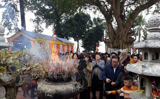 Xã hội - Hàng nghìn người đến chùa Trấn Quốc cầu năm mới bình an