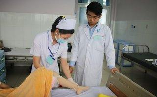 Sức khỏe - Cô bé nghèo bị bại liệt mong ước được thay khớp gối