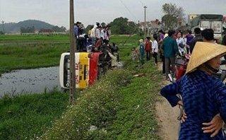 Tin nhanh - Xe buýt lật xuống ruộng khiến hàng chục hành khách 'tắm bùn'