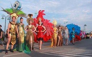 """Cầu Nhật Lệ """"thất thủ"""" trong lễ hội Carnaval Đồng Hới 2018"""