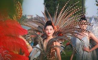 """Sự kiện - """"Bỏng mắt"""" với dàn hotgirl, người mẫu diễu hành trên phố ở Quảng Bình"""