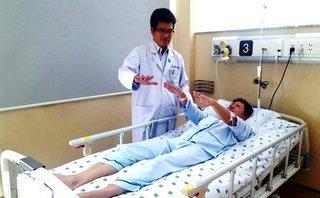 Các bệnh - Nhậu quá chén, nữ bệnh nhân bị đột quỵ, phải ngồi xe lăn