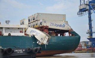"""Tin nhanh - Tàu đâm nhau trên sông Đồng Nai, nhiều ngư dân tranh thủ """"hôi của"""""""