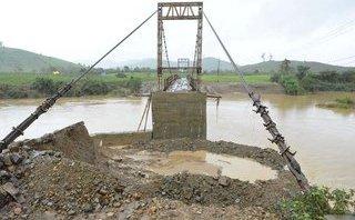 Tin nhanh - Mố cầu treo sập, người dân bắc thang trèo lên cầu qua sông