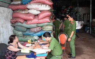 Môi trường - Bắt quả tang cơ sở nhuộm đen cà phê bằng pin ở Đắk Nông