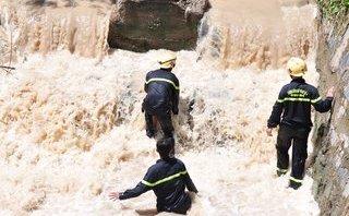 Tin nhanh - Cả trăm người ngụp lặn dưới suối để tìm bé trai bị nước cuốn