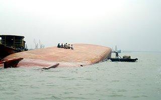 Tin nhanh - Chìm sà lan, tám thuyền viên may mắn sống sót