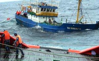 Tin nhanh - Cứu thành công hai thuyền viên bị gió hất xuống biển