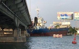Tin nhanh - Tàu hàng nghìn tấn va vào cầu Đồng Nai cũ