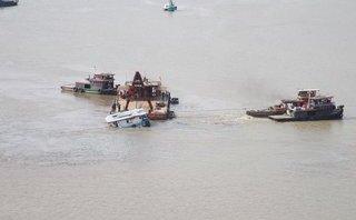 Tin nhanh - Trục vớt thành công sà lan bị đâm chìm dưới sông Sài Gòn