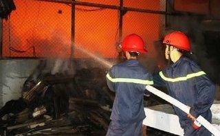 Xã hội - Thanh Hóa: Xưởng chế biến đũa bị thiêu rụi, cả khu phố hoảng loạn