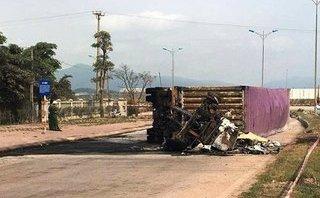 Tin nhanh - Container lật nhào, bốc cháy ngùn ngụt, 2 người tử vong