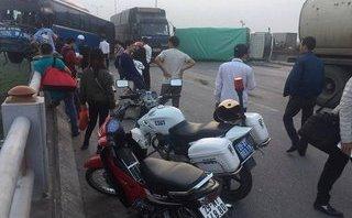 Xã hội -  Va chạm với ô tô tải, xe khách treo lơ lửng trên thành cầu Thanh Trì