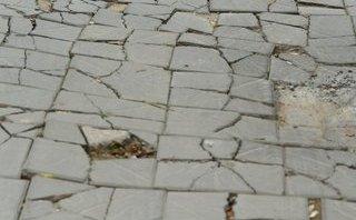 Xã hội - Sở Xây dựng HN trần tình việc đá thọ 70 năm vừa lát đã xuống cấp