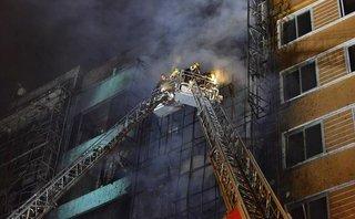 Tin nhanh - Hà Nội: Giải cứu 4 người mắc kẹt ở đám cháy trên phố Thái Hà