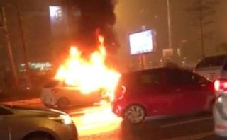 Tin nhanh - Hà Nội: Ô tô con đang chạy bốc cháy ngùn ngụt trên phố