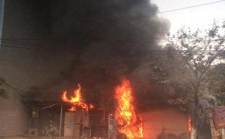 Xã hội - Hà Nội: Cháy lớn ở xưởng sửa chữa ô tô sáng mùng 2 Tết