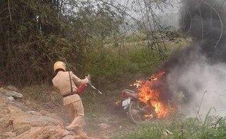 Tin nhanh - Tuyên Quang: Con vi phạm giao thông, bố tới đốt xe