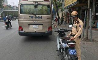 Tin nhanh - HN: Xe khách chở người nước ngoài mắc kẹt ở cầu vượt Thái Hà