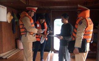 An ninh - Hình sự - Phát hiện nhiều tàu chở hàng quá hạn đăng kiểm trên sông Đào