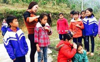Cộng đồng mạng - Cảm động hình ảnh cô giáo bắt chấy cho học trò vào giờ ra chơi