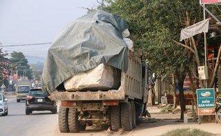 Tin nhanh - Nghệ An: Xe ben chở đá quá khổ, quá tải 'vọt' lên vỉa hè, suýt đâm nhà dân