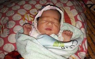 Tin nhanh - Bé gái khoảng 2 tuần tuổi, nặng 2,6kg bị bỏ rơi cạnh trường học