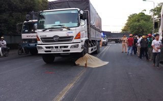 Tin nhanh - Va chạm với xe tải, một nữ công nhân tử vong thương tâm