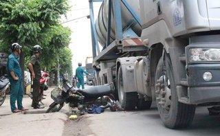 Xã hội - Xe máy ngã ra đường, hai thanh niên bị xe bồn cán nguy kịch