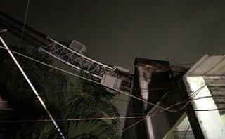 Tin nhanh - Gió làm tốc mái, quật ngã cột điện thu phát sóng đè sập nhà dân