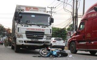 Tin nhanh - Lấn làn tông vào xe tải, 1 người chết