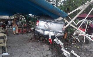 Tin nhanh - Ô tô mất lái lao vào quán cà phê, 2 người bị thương nặng