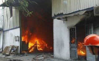 Tin nhanh - Công ty gỗ cháy lớn, nhiều tài sản bị thiêu rụi