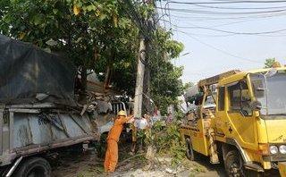 Tin nhanh - Kinh hoàng xe container tông bay xe tải, húc sập cột điện, lao vào nhà dân