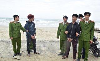An ninh - Hình sự - Bắt 2 nam thanh niên dùng mã tấu cướp tài sản trên bãi biển
