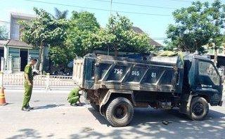 Tin nhanh - Huế: Va chạm giữa xe máy và xe tải, nam thanh niên nhập viện