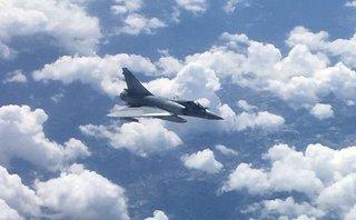 Thế giới - Cận cảnh chiến đấu cơ Pháp áp sát máy bay thương mại Anh