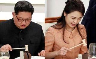 """Tiêu điểm - Ông Kim Jong-un và phu nhân """"hứng thú"""" với chiếc búa nhỏ trên bàn tiệc"""