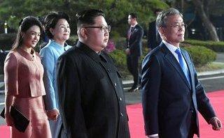 Tiêu điểm - Hành động bất ngờ của ông Kim Jong-un để nhường đường cho hai phu nhân