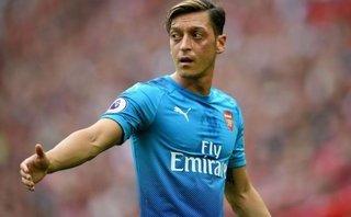 Thể thao - Mesut Ozil phản pháo các huyền thoại, bóng gió trách Wenger