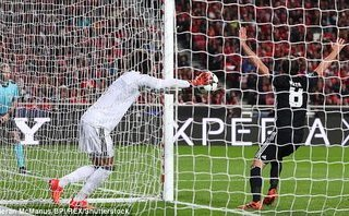 """Sau trận thắng Benfica, Mourinho thừa nhận phòng ngự là """"tội ác"""""""