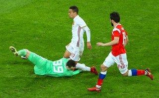 Clip: Pha va chạm với cầu thủ Tây Ban Nha khiến thủ môn tuyển Nga nhập viện