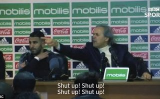 Clip: HLV của Mahrez chửi phóng viên câm mồm trong buổi họp báo