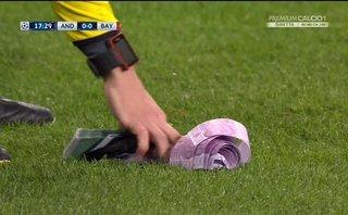 """Clip: Trọng tài phải đi """"dọn tiền"""" trong trận Anderlecht - Bayern"""