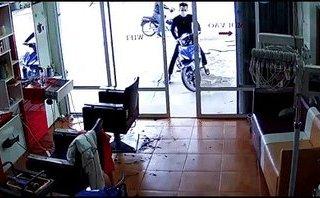 Hình sự - Clip: Chủ nhân bất lực truy đuổi 2 kẻ trộm xe Exciter