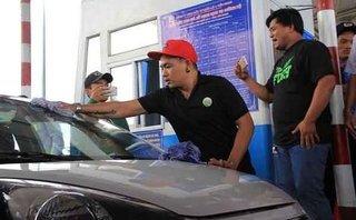 Mới- nóng - Clip: Tài xế rửa xe ở trạm thu phí Cai Lậy