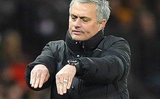Mourinho: Cầu thủ Man City cứ bị động vào là ngã