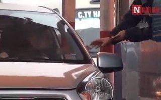 Mới- nóng - Clip: Tài xế tiếp tục dùng tiền lẻ mua vé, BOT Quốc lộ 5 ùn tắc