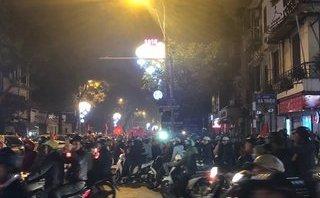 Bóng đá Việt Nam - Clip: Người hâm mộ hô vang 'Việt Nam' khi ăn mừng chiến thắng của U23 Việt Nam